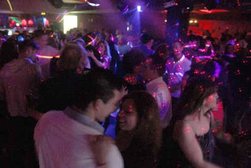 En servicio de discoteca espanola follandose a 2 chicas - 2 4