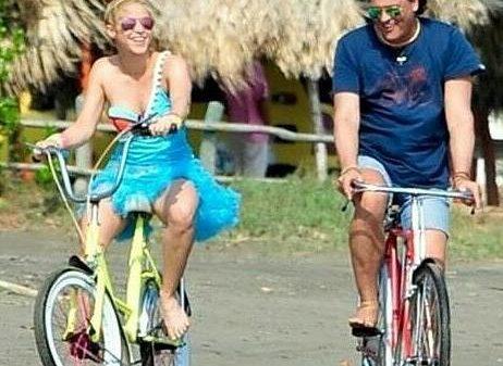 Shakira comió corozo y montó bicicleta con Carlos Vives