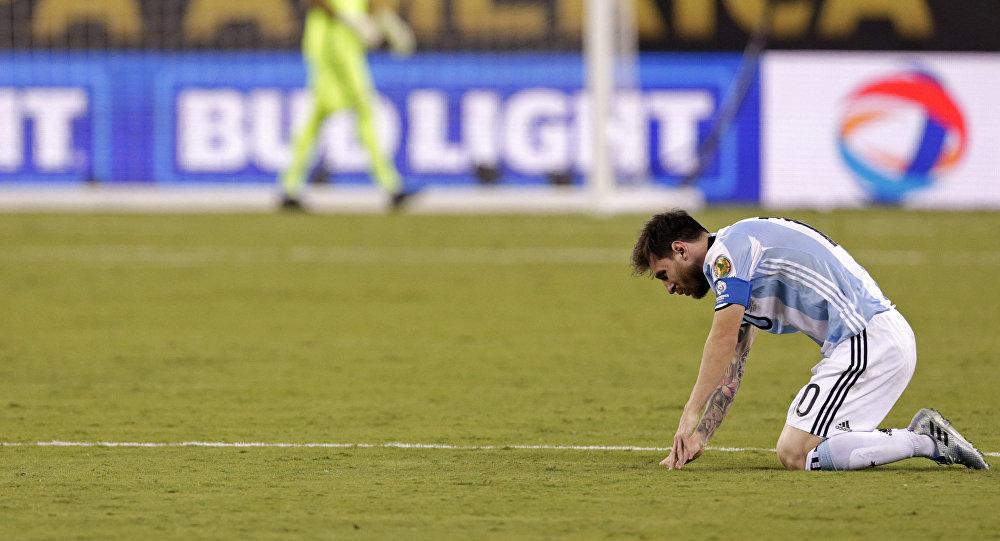 Leo Messi tras errar un penalti contra Chile renuncia a la Selección de Argentina