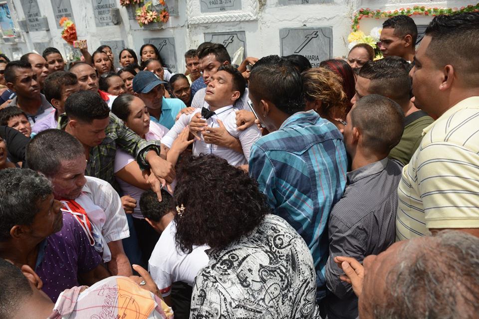 Teófilo Gutiérrez se desplomó en el sepelio de su abuela