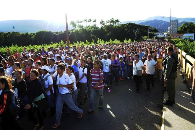 Avalancha de venezolanos cruzan la frontera para comprar alimentos en Colombia