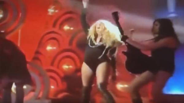 Paulina Rubio aparece en evento cantando desafinada y con sobrepeso