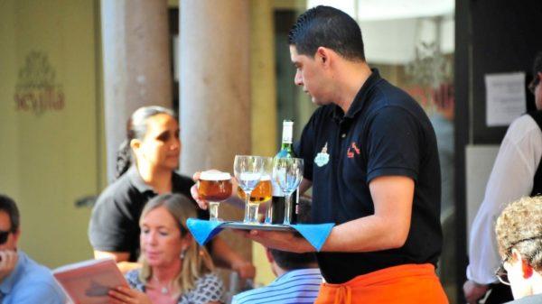 El empleo que más rápido consiguen los latinos y españoles es el de camarero