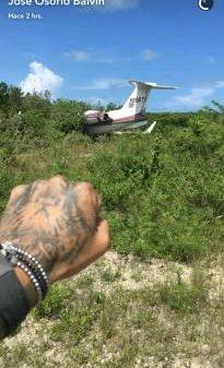 Avión privado de J Balvin se estrella y él se salva de morir