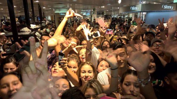 Maluma arrasa con su multitudinaria firma en Madrid