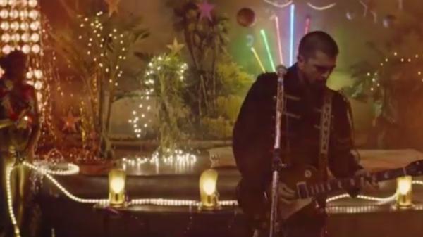 """Juanes vuelve al sonido que lo consagró con """"Fuego"""""""