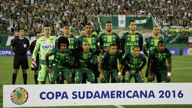 Avión que transportaba equipo de fútbol brasileño Chapecoense se estrelló en Colombia