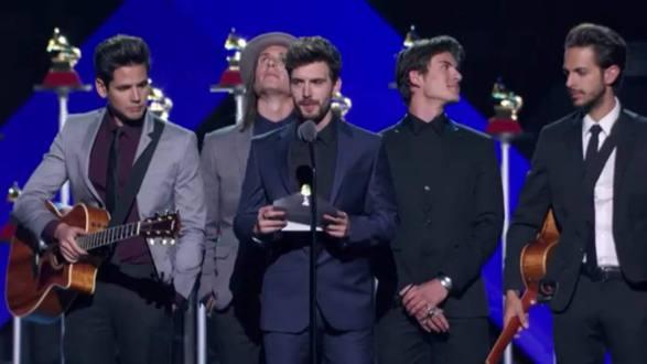 """El ridículo del cantante de Dvicio con Juan Gabriel tras ganar un Grammy: """"No está, la academia se encargará de hacérselo llegar"""""""