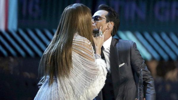 La imagen más comentada en los Grammy: el beso de Jennifer López y Marc Anthony