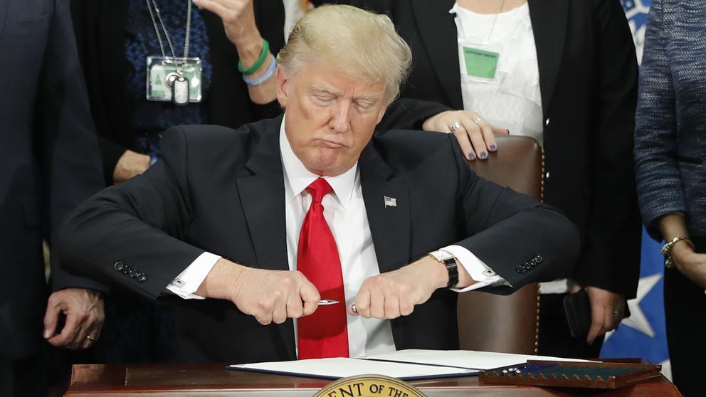 Donald Trump firma el decreto para construir el muro con México