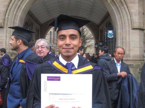 Peruano se gradúa con honores en la Universidad de Manchester