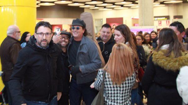 ¡VÍDEO! Carlos Vives llegó a Madrid y revolucionó Barajas