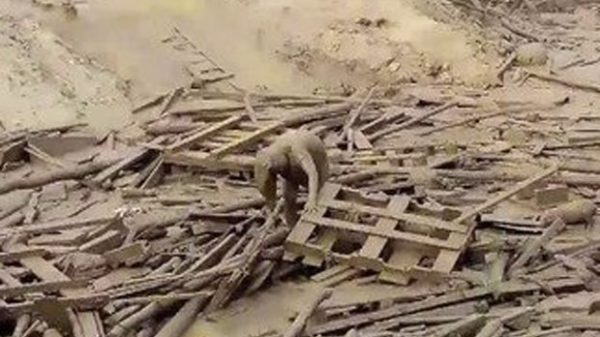 ¡VÍDEO! La mujer que sobrevivió a una avalancha es una heroína en Perú