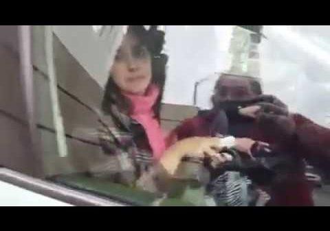 ¡EN ECUADOR! Descubre a su esposa saliendo de un hotel con su amante