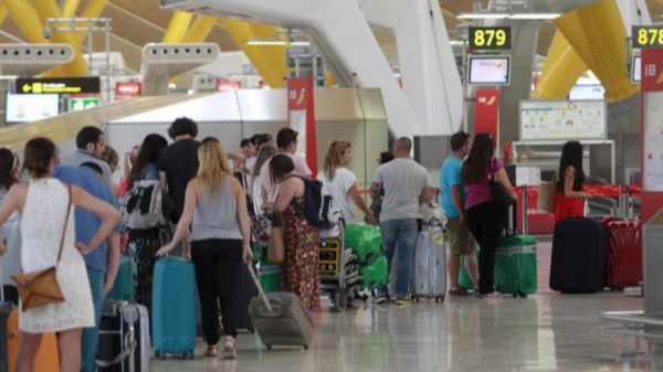 Cada mes 400 turistas peruanos son devueltos de España