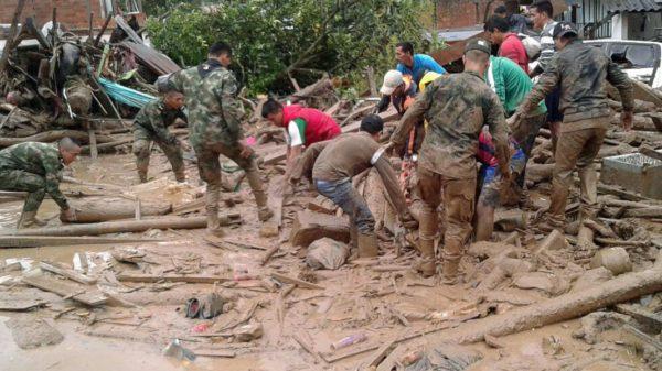 Avalancha deja más de 150 muertos en Colombia