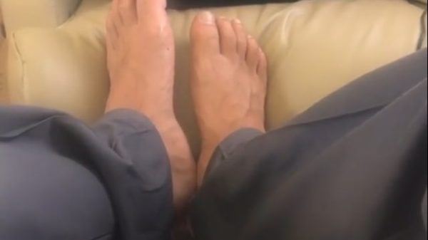 Ahora a Maluma lo critican por tener los pies feos