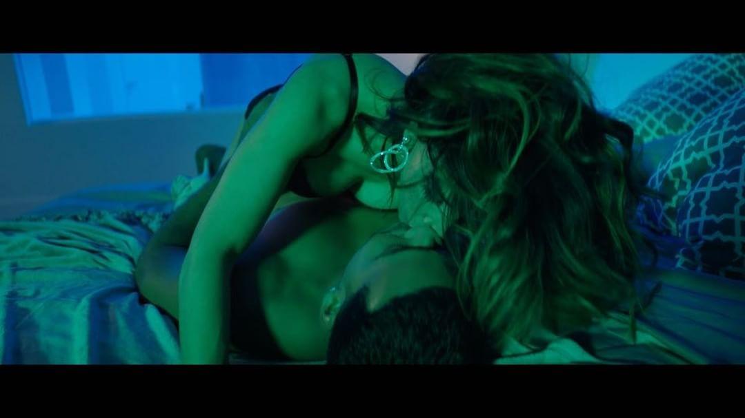 Conoce a la colombiana que se besa apasionadamente con Romeo Santos