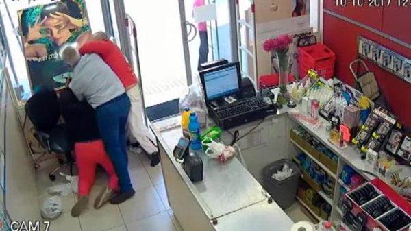 Colombiana a punta de carterazos desarma a ladrón armado en Sevilla
