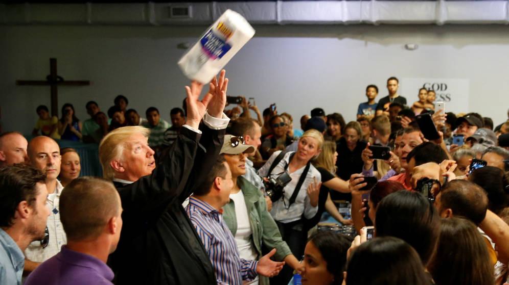 Donald Trump humilló a Puerto Rico lanzándole a sus damnificados rollos de papel higiénico