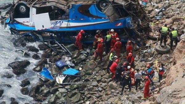48 muertos tras caer un autobús por un acantilado en Perú