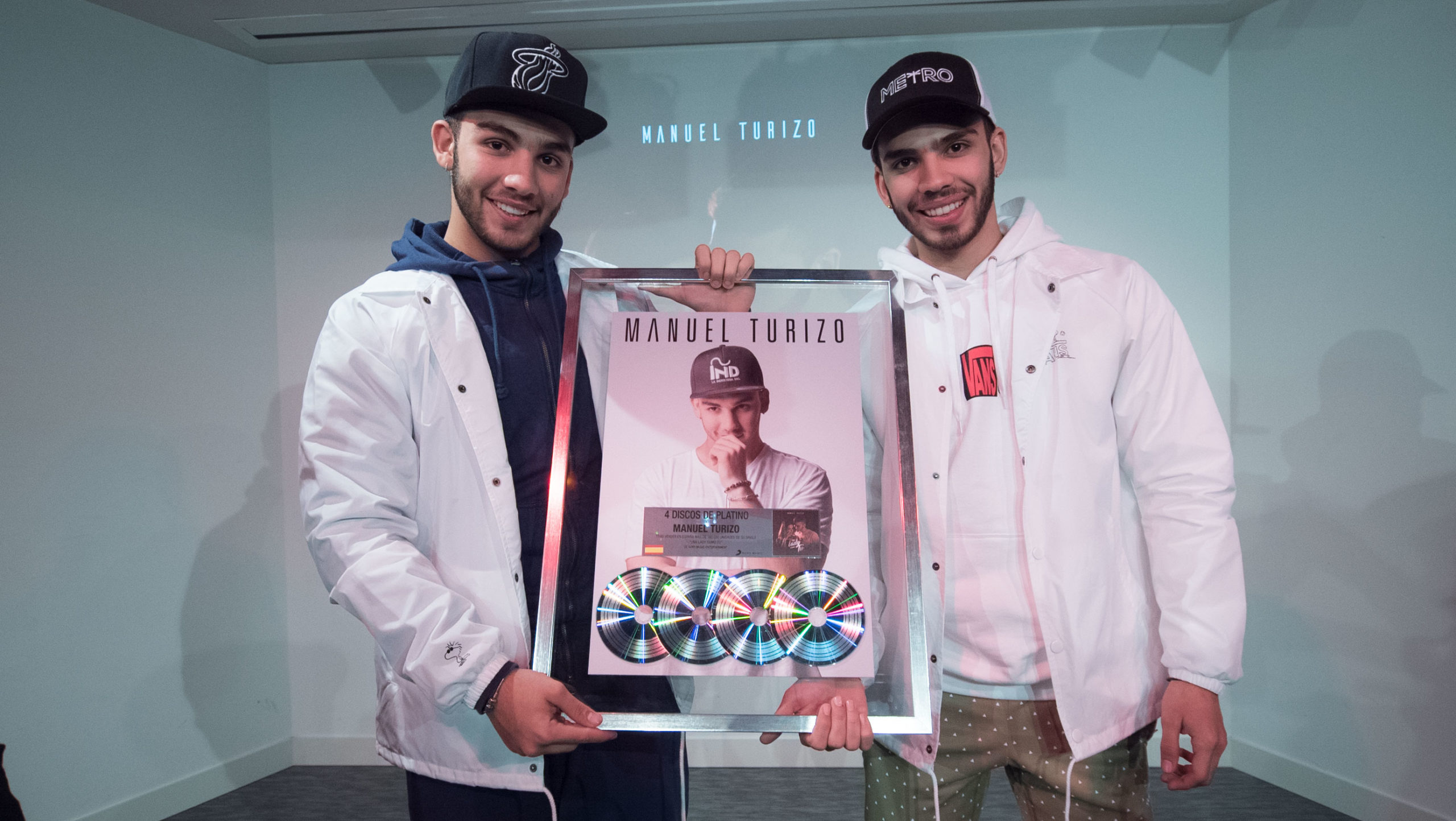 """Manuel y Julián Turizo reciben en España cuatro Discos de Platino por su éxito mundial """"Una lady como tú"""""""