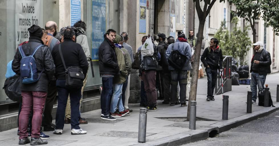 Manuela Carmena propone dar trabajo a los sin papeles en Madrid