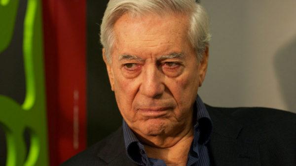 El escritor peruano Mario Vargas Llosa hospitalizado tras una caída