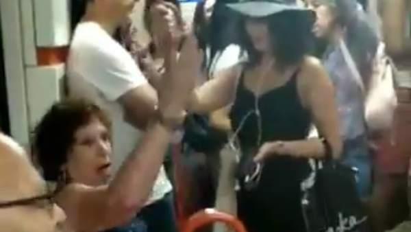Una mujer niega el asiento a una niña por no ser española