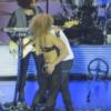 Enrique Iglesias le mete mano a su corista en pleno concierto