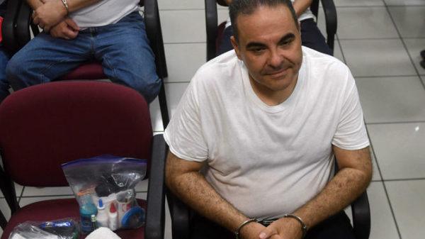 Como un delincuente, esposado, así escuchó su condena de 10 años ex presidente de El Salvador