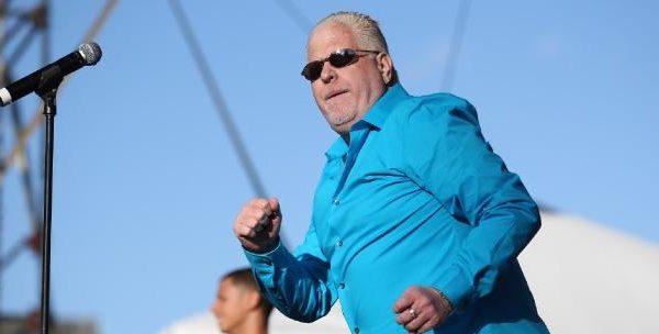 Por su condición de albinismo el salsero Carlos Estremera sufre una fibrosis pulmonar