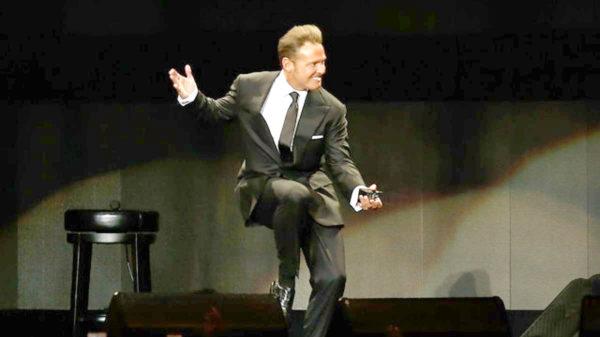 Luis Miguel le tira el micrófono a sonidista durante concierto