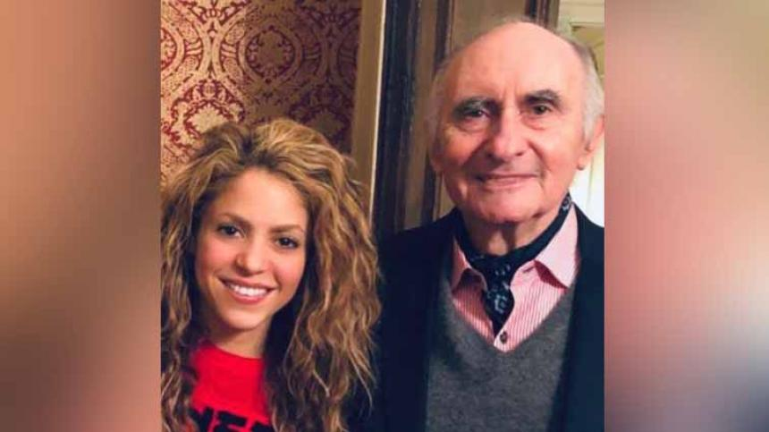 """""""Fernando querido, te has ido para siempre amigo. Tus hijos, tu esposa Inés, tus nietos, tus amigos y yo, te recordaremos con un grande y profundo cariño por tu humildad y el fondo tierno de tu alma que bien conocíamos quienes te queríamos"""", dijo la colombiana. El exmandatario padre de Antonio de la Rúa, novio de la cantante barranquillera Shakira por cerca de once años, aunque en el año 2011 publicaron el fin de su relación sentimental, él continuó sus labores como representante de la colombiana. Sin embargo, la relación de esta pareja no terminó en los mejores términos, ya que ella lo demandó en el año 2013 por robo y estafa, ganando un pleito judicial que fue el centro de atención de muchos medios en Colombia, Argentina y España. Shak en el mensaje aseguró que había sido su gran amigo, """"has realizado tantas luchas, muchas de ellas inmerecidas y aquella por tu vida la has librado como siempre, con la dignidad y fortaleza que tanto admiraba. Ahora descansa y vuela hacia un mejor lugar donde no hay traiciones, ni desilusiones, ves a buscar la tranquilidad"""", expresó. Además agregó, """"y el refugio en tus padres, tu hermano y todos los que también te han amado y de verdad conocido. Seré siempre tu amiga, a pesar de cualquier cosa, en el más allá, como en esta vida. Te quiero amigo"""", finalizó."""